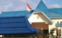 Bendera Kusam dan Kantor Megah