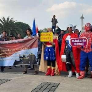 Pakai Baju Superhero, Massa GMPRI Tolak Kerusuhan Pasca Pemilu