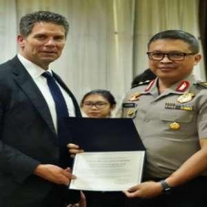 Bantu Kasus Yang Menyeret Najib Razak, Irjen Agung Setya Terima Penghargaan Dari FBI